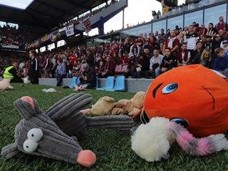 Diváci derby mezi Spartou a Slavií naházeli na trávník plyšáky.
