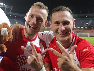 Slávističtí fotbalisté Vladimír Coufal (vlevo) a Jan Bořil ukazují, kolik gólů...