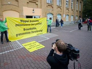 Proti rozšiřování dolu v Turówě přijeli před radnici v Bogatyni protestovat...