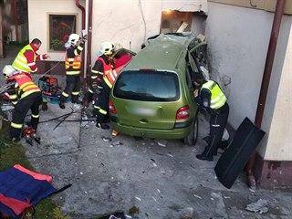 Vůz proboural jednu ze zdí.