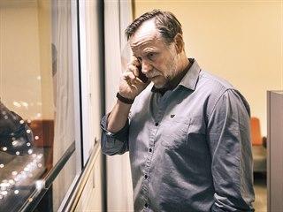 Za českou stranu vyšetřování řídí Viktor, kterého hraje herec Karel Roden.