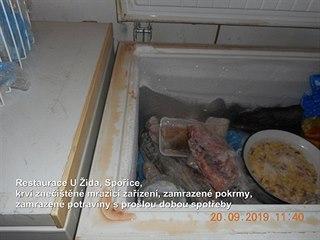 Krví znečištěné mrazící zařízení a zamrazené potraviny s prošlou dobou spotřeby...