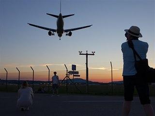 Východní konec ranveje 28 je ideálním místem hlavně navečer, kdy tu letadla...