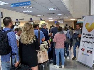 Fronta turistů u přepážky Thomas Cook v Heraklionu na Krétě v den, kdy cestovní...