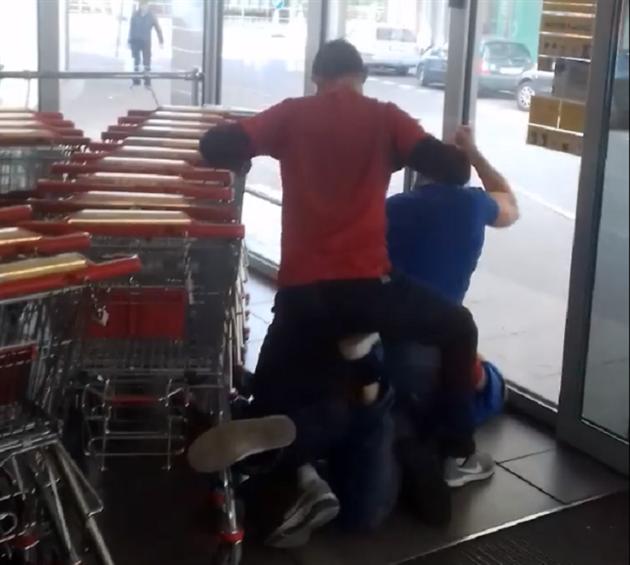 Ochranka supermarketu zbila zloděje, řetězec se s agenturou rozloučil