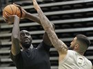 Tacko Fall (vlevo) a Vincent Poirier na tréninku Boston Celtics