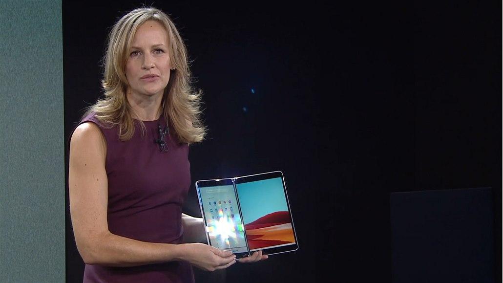 Microsoft právě ukázal nové Windows, dvoudisplejový notebook a tabletomobil
