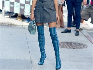 Kozačky nad kolena v metalických odstínech i tradiční černé kůži - po řadě...