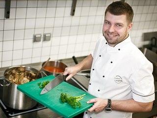 Jiří Roith, kuchař a majitel restaurace Nad Jezerem, pózuje v kuchyni bistra Na...
