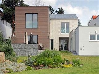 SOUKROMÁ PŘÍRODA. Z terasy je přístup na rozlehlou udržovanou zahradu, která...