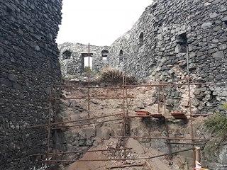 Na zřícenině hradu Šumburk pokračuje oprava torz zdiva
