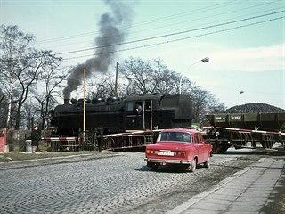 Lokomotiva SONP číslo 32 kříží dnešní ulici Milady Horákové v Kladně. Foto:...