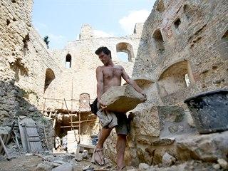 """Zřícenina moravského Cimburka u města Koryčany je v """"servisu"""" už čtvrt století."""