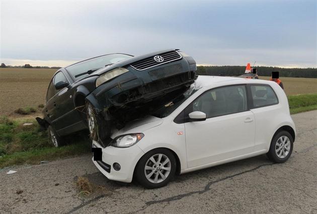 Řidič s autem bez technické nezvládl zatáčku a skončil na jiném voze
