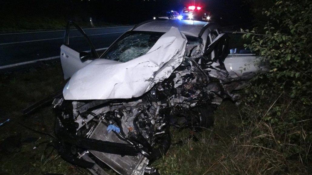 Nehoda osobních aut u Zlonína skončila smrtí dvou mladých řidičů
