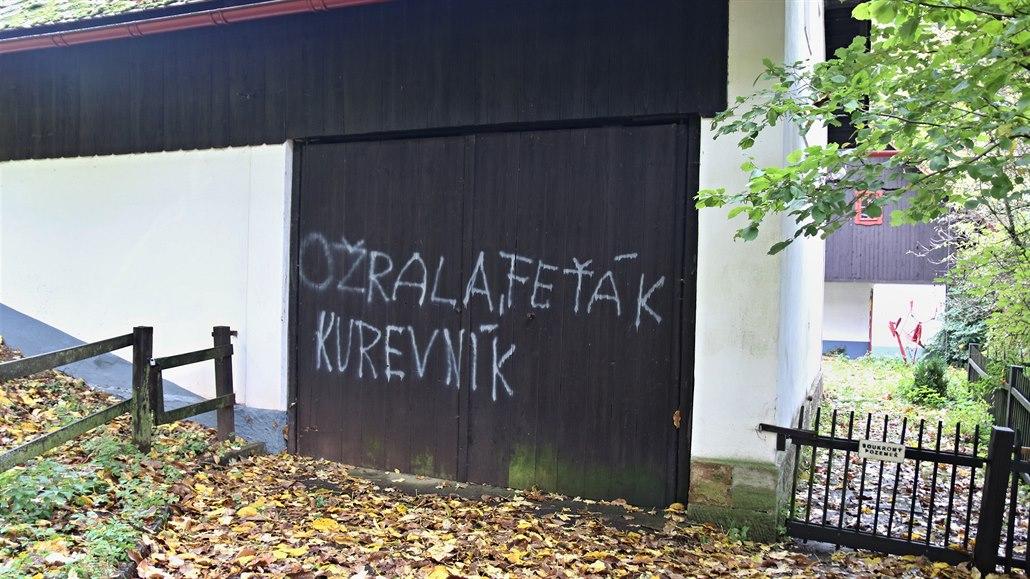 Policie neví, kdo nasprejoval vulgarity na Havlovu chalupu na Hrádečku