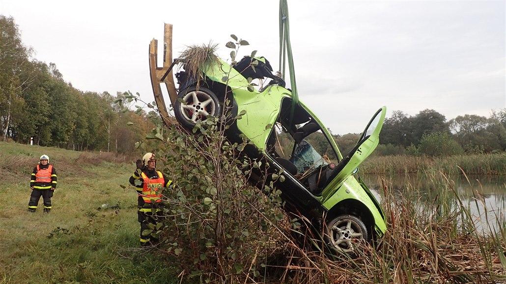 Řidič sjel autem do rybníka u Rýmařova. Vůz museli vylovit hasiči