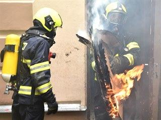 Hasiči vyjížděli k požáru butiku v lázeňském centru Karlových Varů.