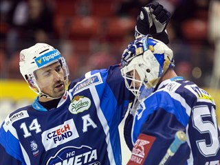 Tomáš Plekanec z Brna (vlevo) se raduje z vítězství nad Olomoucí společně s...