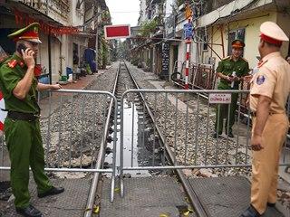 Úřady nechaly zavřít nejslavnější hanojskou ulici, kterou projížděl vlak....