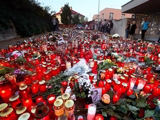Svíčky před vilou zesnulého zpěváka Karla Gotta na pražské Bertramce. (13....