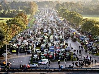Zemědělci stovkami traktorů zablokovali silnici u nizozemského Bilthovenu. (16....