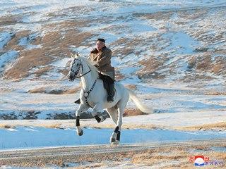 Severokorejský vůdce Kim Čong-un jede na bílém koni na nejvyšší hoře Severní...