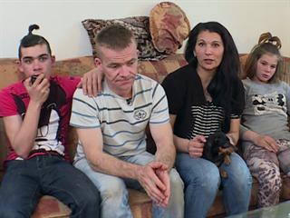 Zdena (38), Petr (39), Nikola (18), Patrik (15), Petra (12) a Dan (9) žijí v...