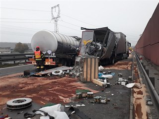 Dálnici D1 ve směru na Brno uzavřela u Ostrovačic srážka kamionu s cisternou...