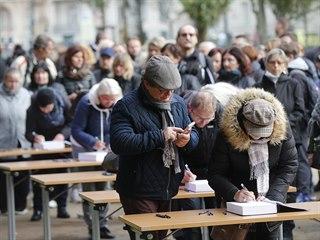 Lidé před Žofínem podepisují kondolenční knihy. (11. října 2019)