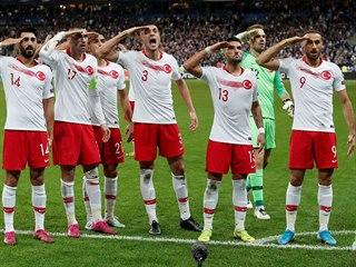 Turečtí fotbalisté salutují po vyrovnávací brance Ayhana v kvalifikačním utkání...