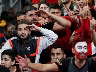 Turečtí fanoušci odpovídají na vojenský pozdrav svým fotbalistům  po remíze s...