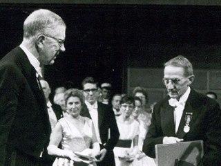Jaroslav Heyrovský přebírá Nobelovu cenu od švédského krále Gustava Adolfa VI.