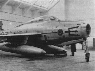 Fotografie F-84 F trupového čísla 6-37 pořízené v hangáru v Hradci Králové