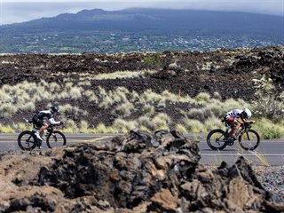 Cyklistická i běžecká část vedou napříč černými lávovými poli, kterými občas...