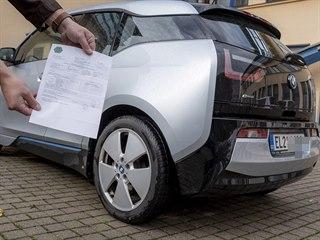 Elektromobil BMW i3 s protokolem z měření emisí.