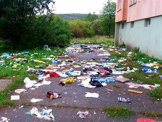 27. září 2019 - Po týdnu už je chodník před domem téměř překrytý odpadky.