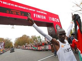 ZÁPIS DO HISTORIE. Eliud Kipchoge po úspěšném pokusu poprvé zaběhnout maraton...