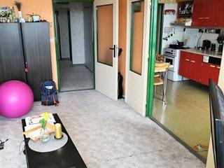 Původní obývací pokoj s pohledem do kuchyně: předchozí majitel jen natřel...