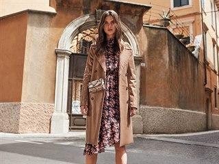 Kabát můžete nosit k šatům i k džínám.