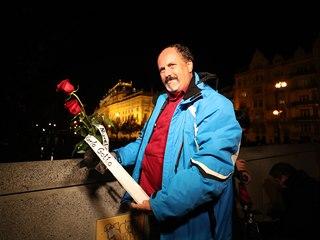 K pražskému paláci Žofín už se sjíždí první fanoušci. Pietní místo se přitom...