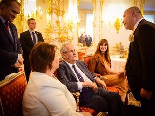 Zpěvák Michal David (vpravo) gratuluje 10. října 2019 na Pražském hradě...