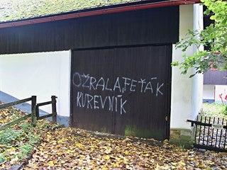 Kdosi posprejoval chalupu Václava Havla na Hrádečku.