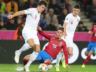 Český forvard Patrik Schick v souboji s anglickým stoperem Harry Maguirem (6)....