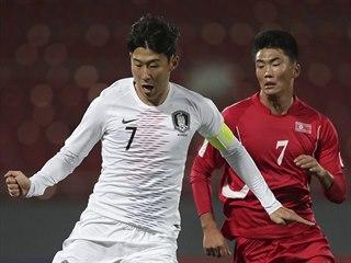 Jihokorejský kapitán Son Heung-min (vlevo) odehrává balon před Han Kwang...
