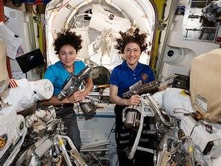 Astronautky Jessica Meirová a Christina Kochová (zleva) v pátek opravují...