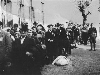 Unikátní snímek jednoho ze židovských transportů vypravených z Ostravy. Nejde...