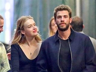 Maddison Brownová a Liam Hemsworth (New York, 11. října 2019)