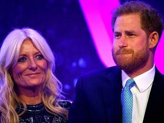 Princ Harry a moderátorka Gaby Roslinová na udílení cen WellChild Awards...