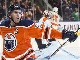 Connor McDavid z Edmontonu oslavuje svou trefu v zápase s Philadelphií.